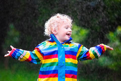 Мальчик играя в дожде Стоковое Фото