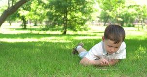 Мальчик играя в таблетке акции видеоматериалы