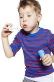 мальчик играя детенышей Стоковые Изображения
