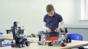 Мальчик играя игрушку конструкции сток-видео
