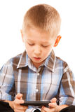 Мальчик играя игры на smartphone Стоковые Изображения