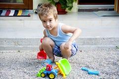 мальчик играя малыша песка стоковое изображение