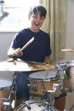 Мальчик играя набор барабанчика дома Стоковое Изображение RF
