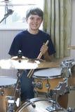 Мальчик играя набор барабанчика дома Стоковые Изображения RF