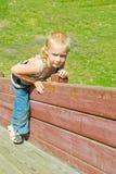 Мальчик играя на деревянном скольжении стоковые изображения