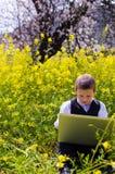 Мальчик играя на компьтер-книжке Стоковые Фото