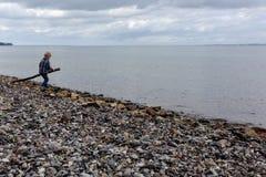 Мальчик играя на пляже Стоковая Фотография RF