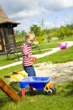 Мальчик играя на спортивной площадке с песком Стоковые Изображения RF