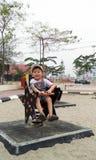 Мальчик играя на спортивной площадке стоковое фото