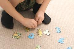 Мальчик играя при головоломка, собирая животных мира Стоковое Изображение