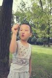 Мальчик играя самолет наличных денег Стоковые Фото