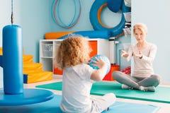 Мальчик играя с его терапевтом стоковые фотографии rf