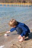 Мальчик играя с кораблем игрушки Стоковые Изображения RF