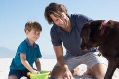 Мальчик играя с папой и собакой Стоковые Фотографии RF
