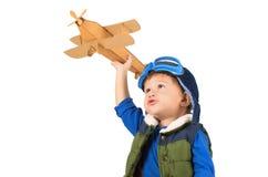 Мальчик играя с самолетом игрушки Стоковые Фото