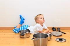 Мальчик играя с утварями кухни Стоковые Изображения RF