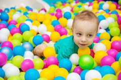 Мальчик играя с шариками Стоковые Фото