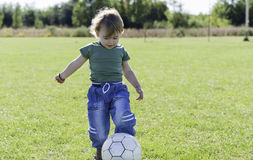Мальчик играя с шариком Стоковые Изображения