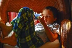Мальчик играя с iPod Стоковая Фотография RF