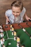 Мальчик играя футбол таблицы Стоковое Изображение RF