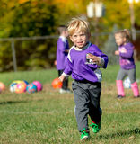 мальчик играя футбол Стоковые Изображения RF