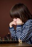 Мальчик, играя шахмат Умный ребенк, играя шахмат Стоковое фото RF