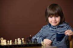Мальчик, играя шахмат Умный ребенк, изолированный, играя шахмат Стоковые Изображения