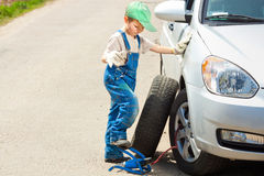 Мальчик изменяет колесо Стоковое Изображение