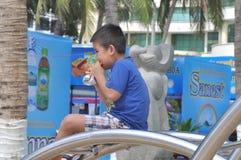 Мальчик имеет завтрак в парке стоковое изображение