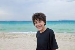 Мальчик имеет потеху в пляжах Стоковое Изображение