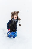 Мальчик имея потеху в снеге Стоковое фото RF