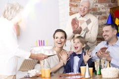 Мальчик имея потеху на его вечеринке по случаю дня рождения стоковые изображения rf