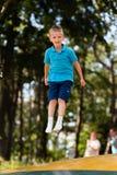 Мальчик имея потеху на спортивной площадке стоковые фото