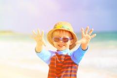 Мальчик имея потеху на тропическом пляже Стоковые Фото