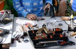 Мальчик использует оружие клея для того чтобы сделать различные вещи Стоковая Фотография