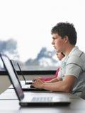 Мальчик используя компьтер-книжку в классе компьютера Стоковая Фотография