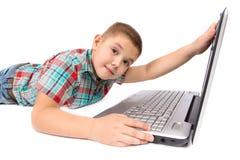Мальчик 2 используя компьтер-книжку Стоковая Фотография RF