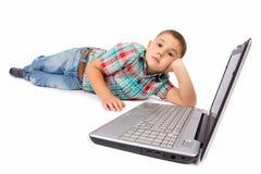 мальчик используя компьтер-книжку Стоковые Фото