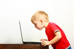 Мальчик используя компьютер ПК компьтер-книжки дома Стоковые Изображения RF