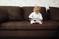 Мальчик используя планшет стоковое фото