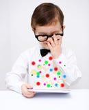 Мальчик используя таблетку Стоковые Фотографии RF