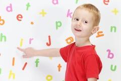 Мальчик и алфавит стоковое фото rf
