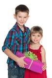 Мальчик и девушка держат подарочную коробку Стоковое Изображение