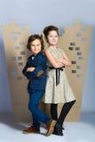 Мальчик и девушка держа городок картона человек влюбленности поцелуя принципиальной схемы к женщине Стоковые Фотографии RF