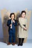 Мальчик и девушка держа городок картона человек влюбленности поцелуя принципиальной схемы к женщине Стоковое Фото