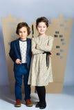 Мальчик и девушка держа городок картона человек влюбленности поцелуя принципиальной схемы к женщине Стоковые Фото