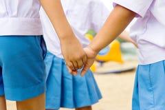 Мальчик и девушка держа руки Стоковое фото RF