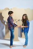 Мальчик и девушка держа сердце картона человек влюбленности поцелуя принципиальной схемы к женщине Стоковые Изображения