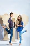 Мальчик и девушка держа сердце картона человек влюбленности поцелуя принципиальной схемы к женщине Стоковое Изображение