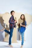 Мальчик и девушка держа сердце картона человек влюбленности поцелуя принципиальной схемы к женщине Стоковая Фотография